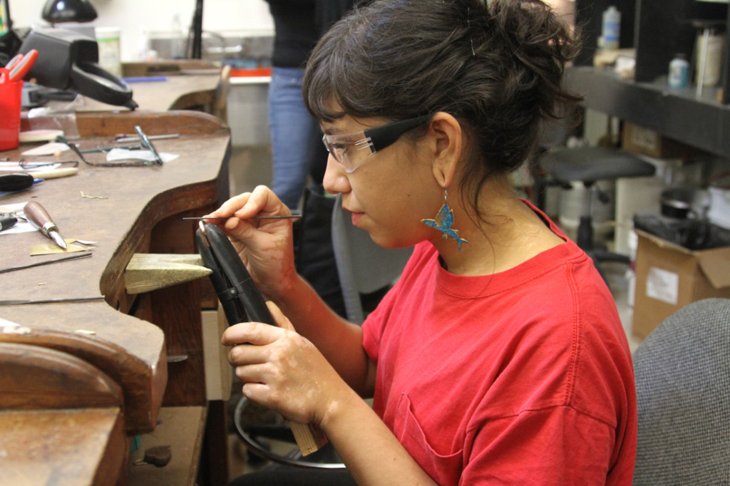 Gloria Reyes, estudiante de último año de arte de estudio, trabaja en un anillo en clase de la profesora Donna Sweigart el pasado miércoles en el anexo de artes visuales en Edinburg./Lesley Robles/The Rider